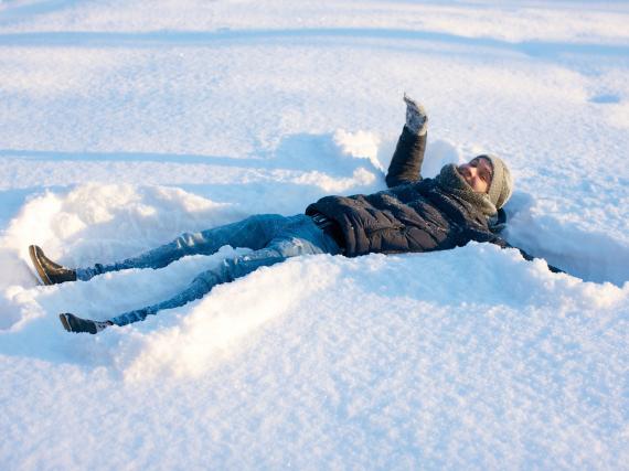 雪にダイブ