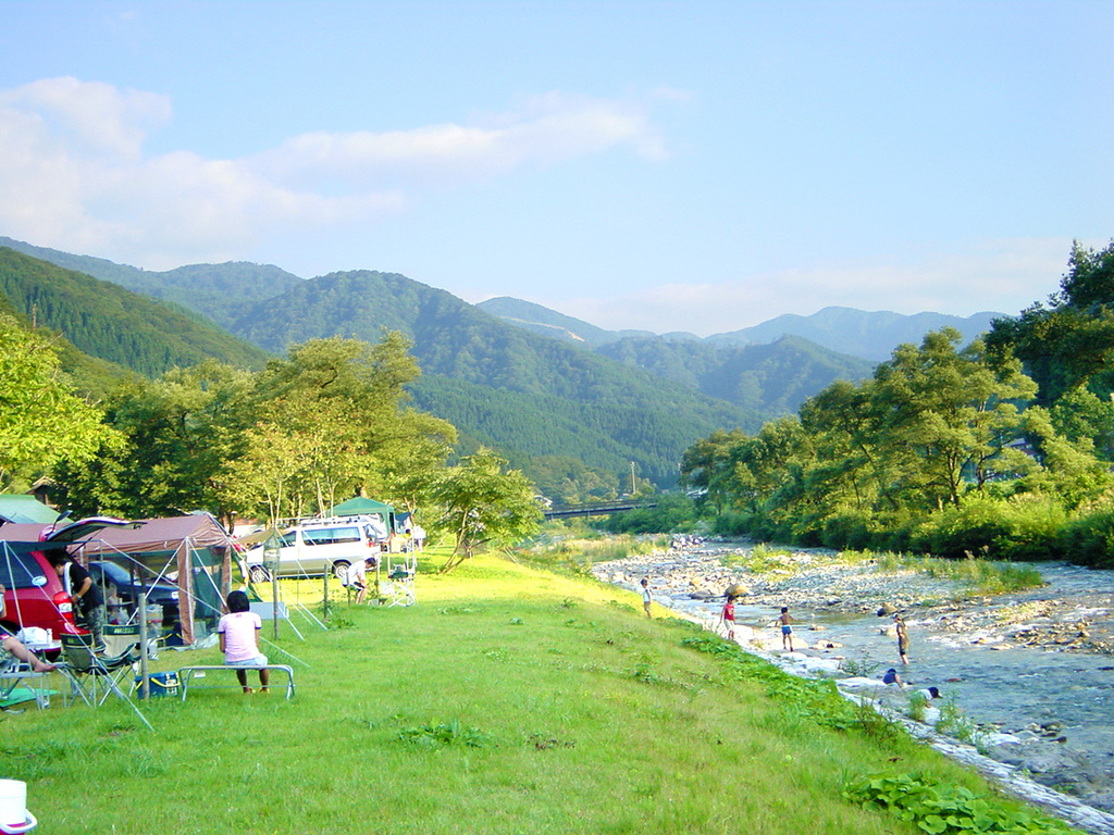 【キャンプサイト】清流の百瀬川沿いにあります