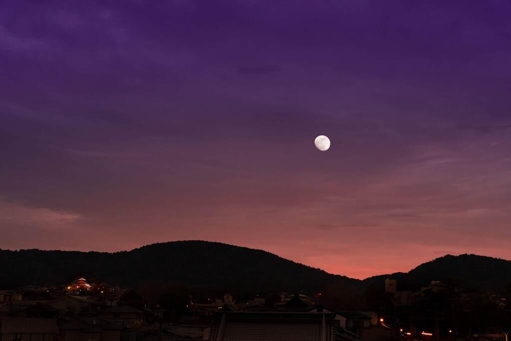 屋上庭園からは、澄み渡る空と月をご覧いただけます。