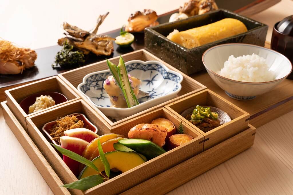 和朝食 朝からボリューム満点。こだわりの京懐石風味をお楽しみくださいませ。