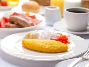 朝食バイキングではオムレツをシェフが焼き上げます