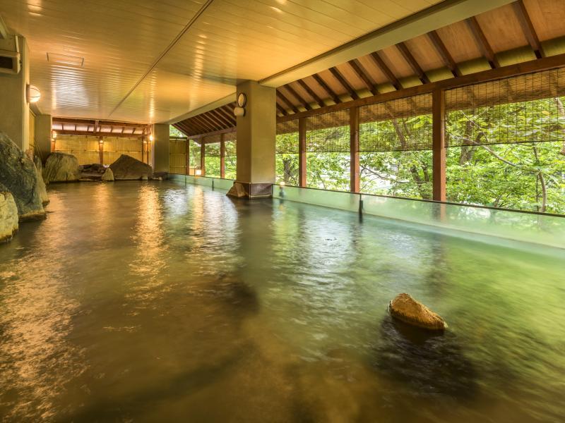 本館露天風呂〜時間・季節によって変わる景色をご堪能ください