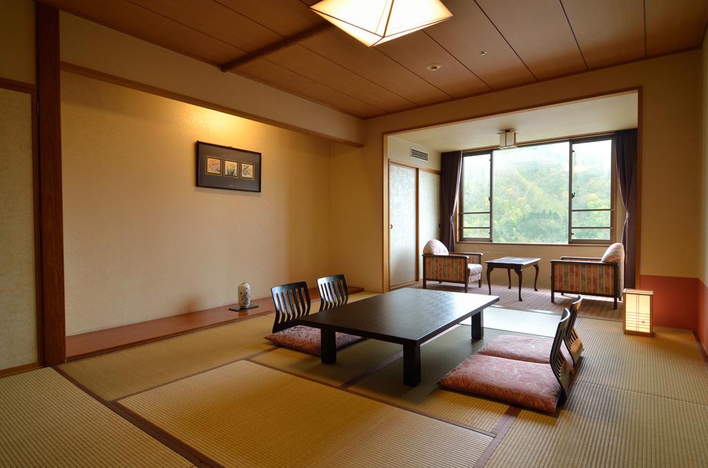 和室10畳〜窓際には2畳程の縁側。開放感のあるお部屋で、ゆったりと流れるリゾート時間を満喫。