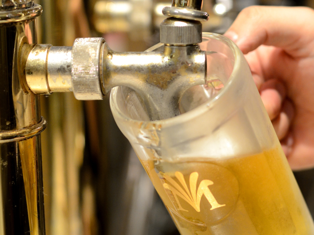 キンキンに冷えたジョッキに注がれるビールで『乾杯!』(イメージ)