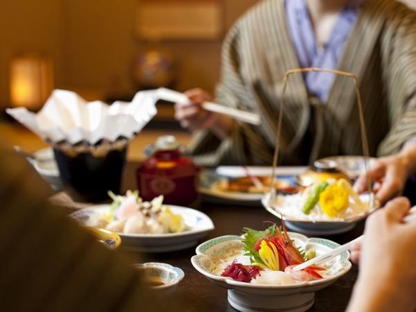 お部屋食(イメージ)〜調理長自慢のお食事をご堪能ください。