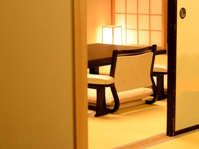 特別室1303号室〜ふすまの隙間からこぼれる笑顔と笑い声もまた、旅の疲れを癒す良薬。