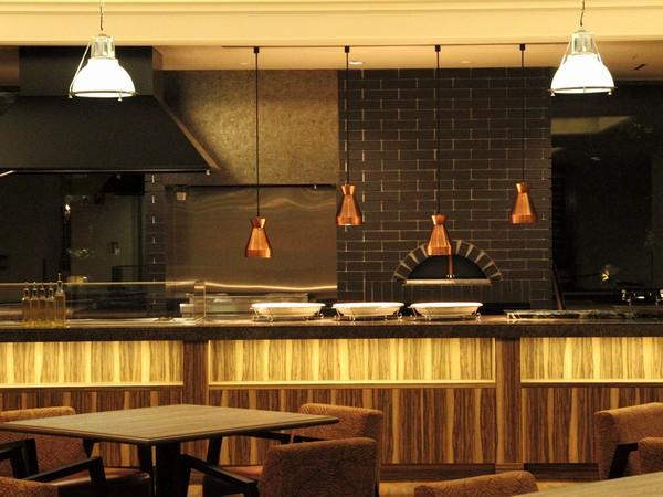 新しく登場したオープンキッチンでは出来たての料理が楽しめる♪