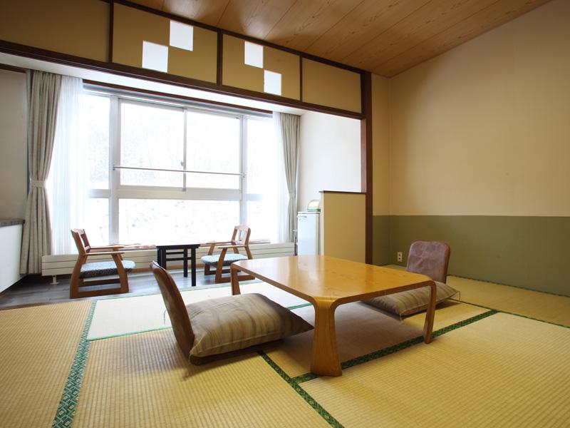 【西館和室】8〜10畳の和室です