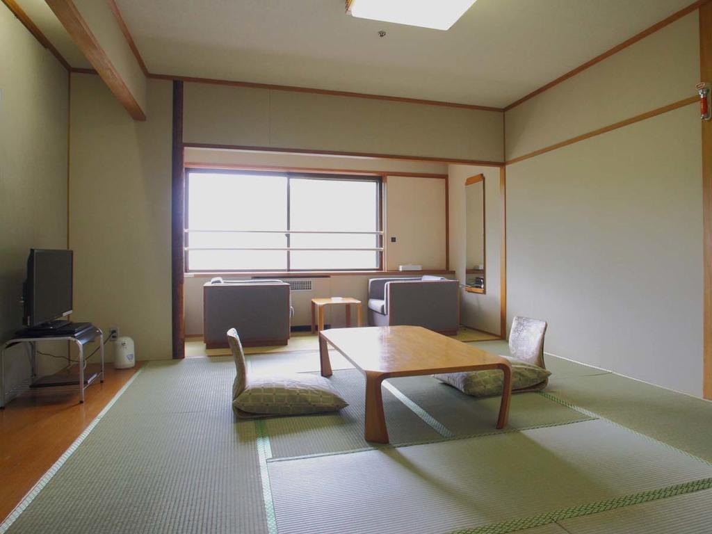 【タワー館 和室】10畳 窓辺の3畳ほどの広縁でゆったり過ごせます
