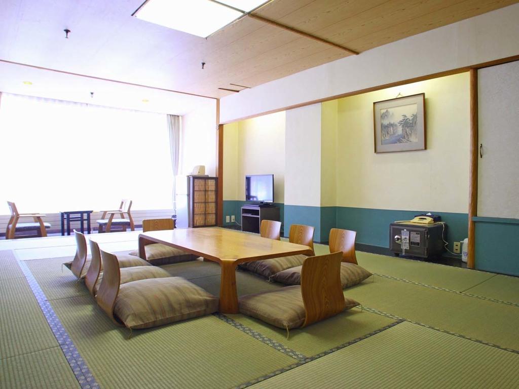 【西館和室】8〜10畳の寛ぎのお部屋です。