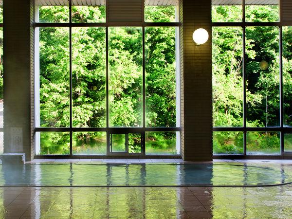 【新緑の大浴場】爽やかな緑が差し込む大浴場