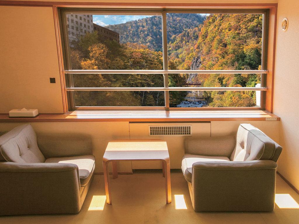 【タワー館和室】秋色に染まる渓谷は絶景です。
