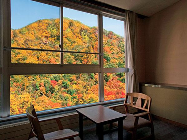 【西館和室】窓の外には絶景が広がります。