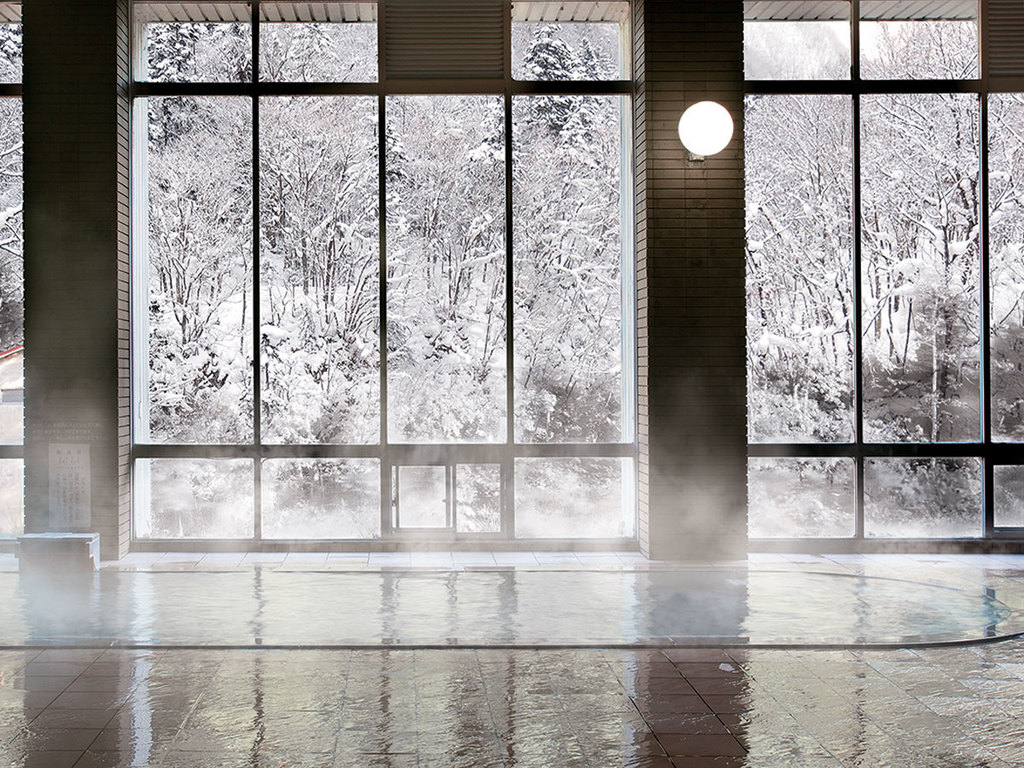 【冬の大浴場】源泉100%の湯と雪景色をお楽しみください。