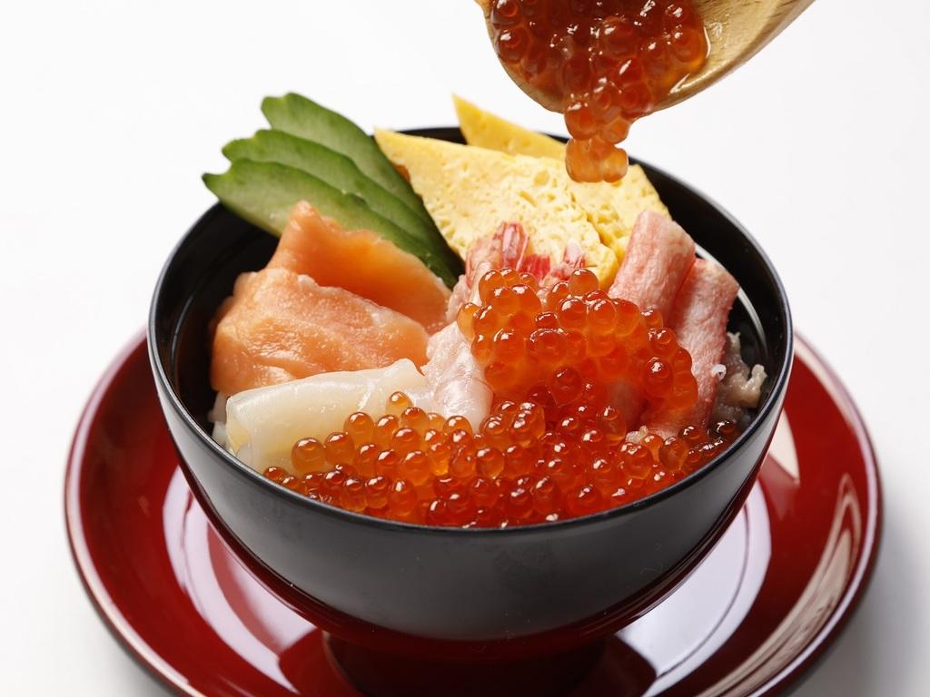 【朝食】豪快海鮮盛丼(盛付一例)※季節により内容が異なります