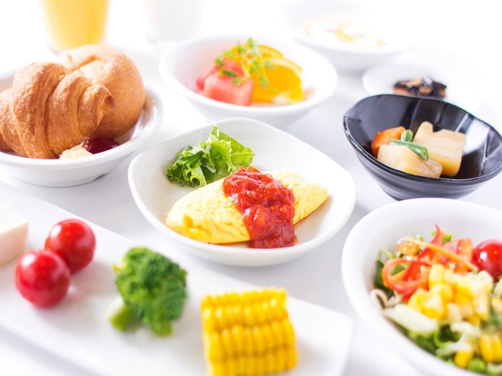 【和洋朝食バイキング】毎日約60種類以上をご提供!和にも洋にもお好きなものをお召し上がり下さいませ。
