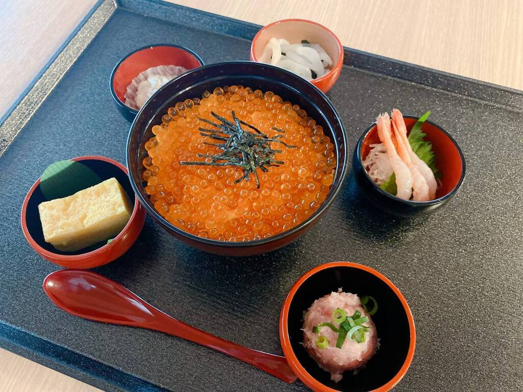 いくら丼と選べる海鮮小鉢