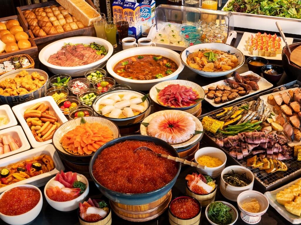 【朝食】北海道産いくらかけ放題の海鮮丼や炙焼き、洋食・デザートなど和洋メニュー多彩に用意。