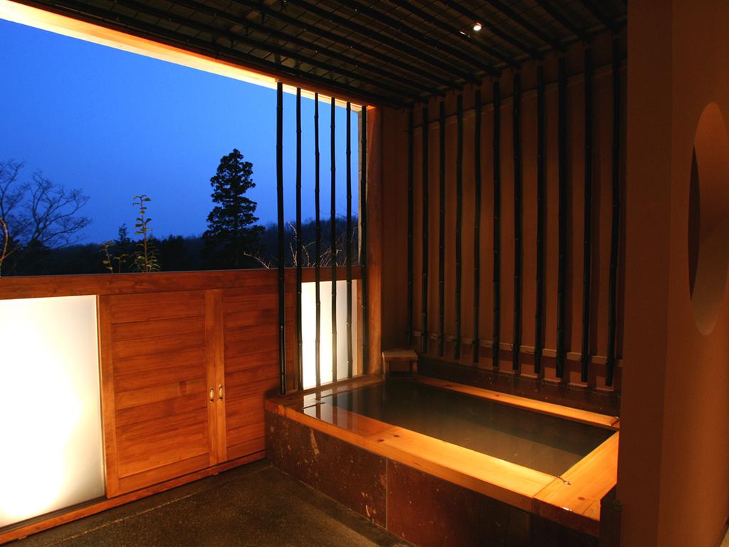 【貸切風呂】…「朱」和を基調とし、安らぎの空間を演出