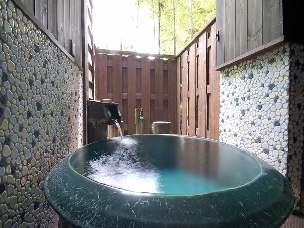 100%源泉かけ流しの露天風呂付き客室で寛ぎのひとときを。
