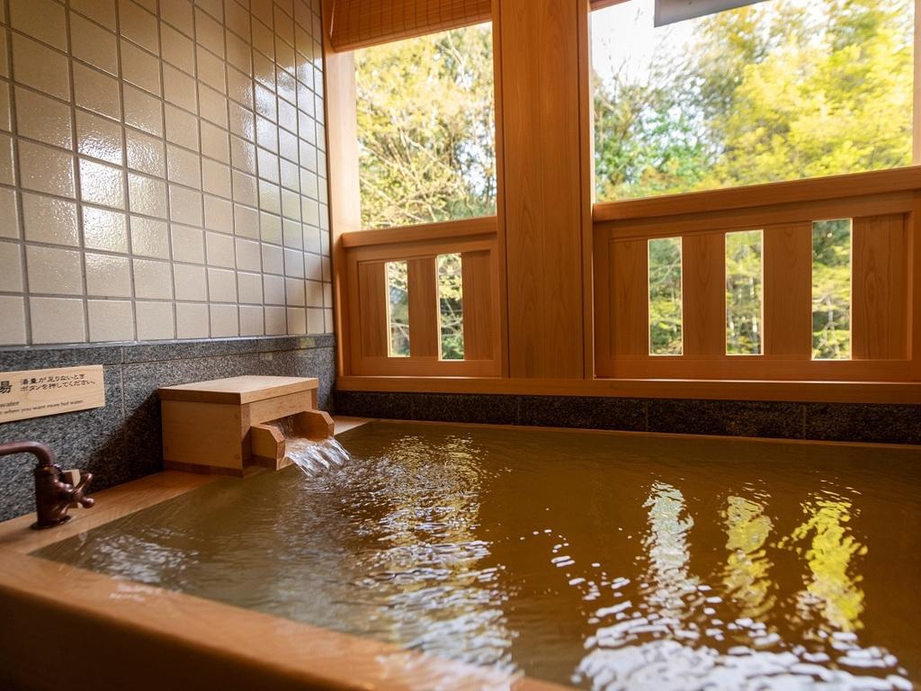 別邸/水の語り部の半露天温泉風呂で24時間お好きな時に湯浴みをお愉しみいただけます。