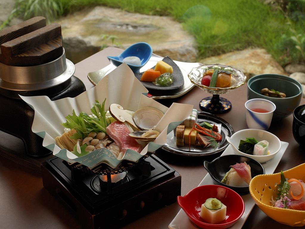 【お食事処 花鳥】では季節毎に旬の食材を用いた「四季彩鍋」がメインの和食会席をお楽しみ頂けます♪