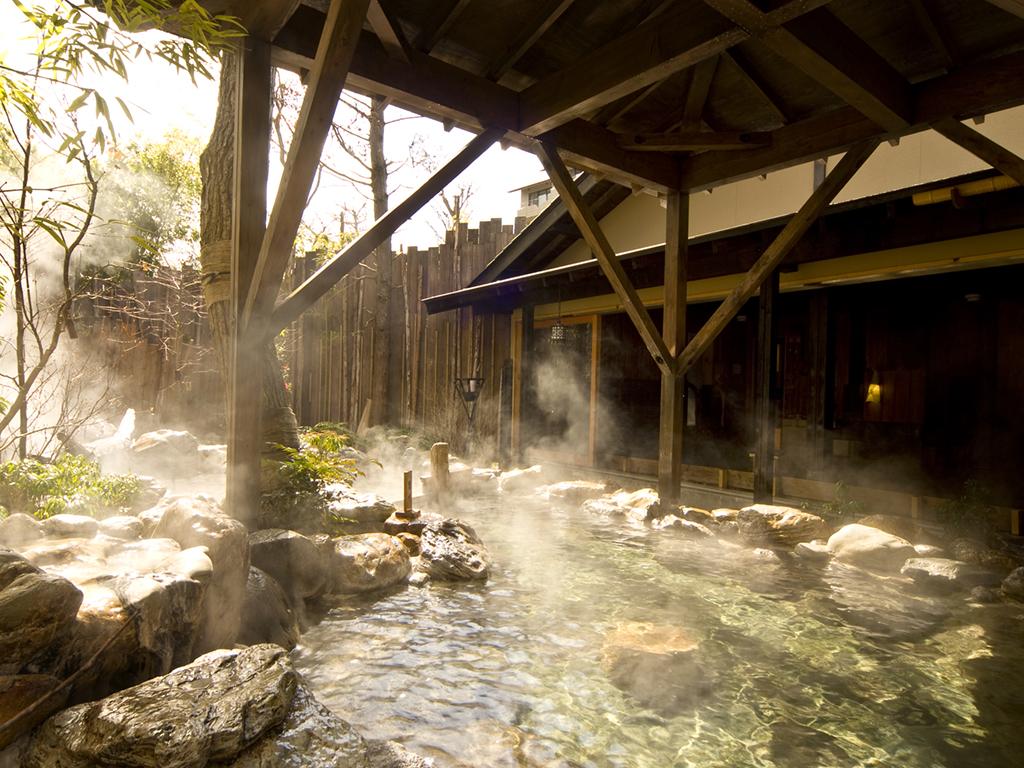 大湯屋、露天風呂《玉桂の湯》。強羅温泉の泉質は身体の芯から温まります。疲れた体に癒しの時間を...