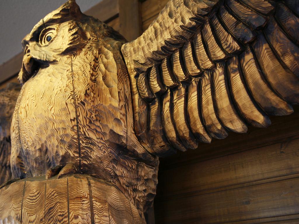 木彫りの2羽のフクロウがお出迎えをします。
