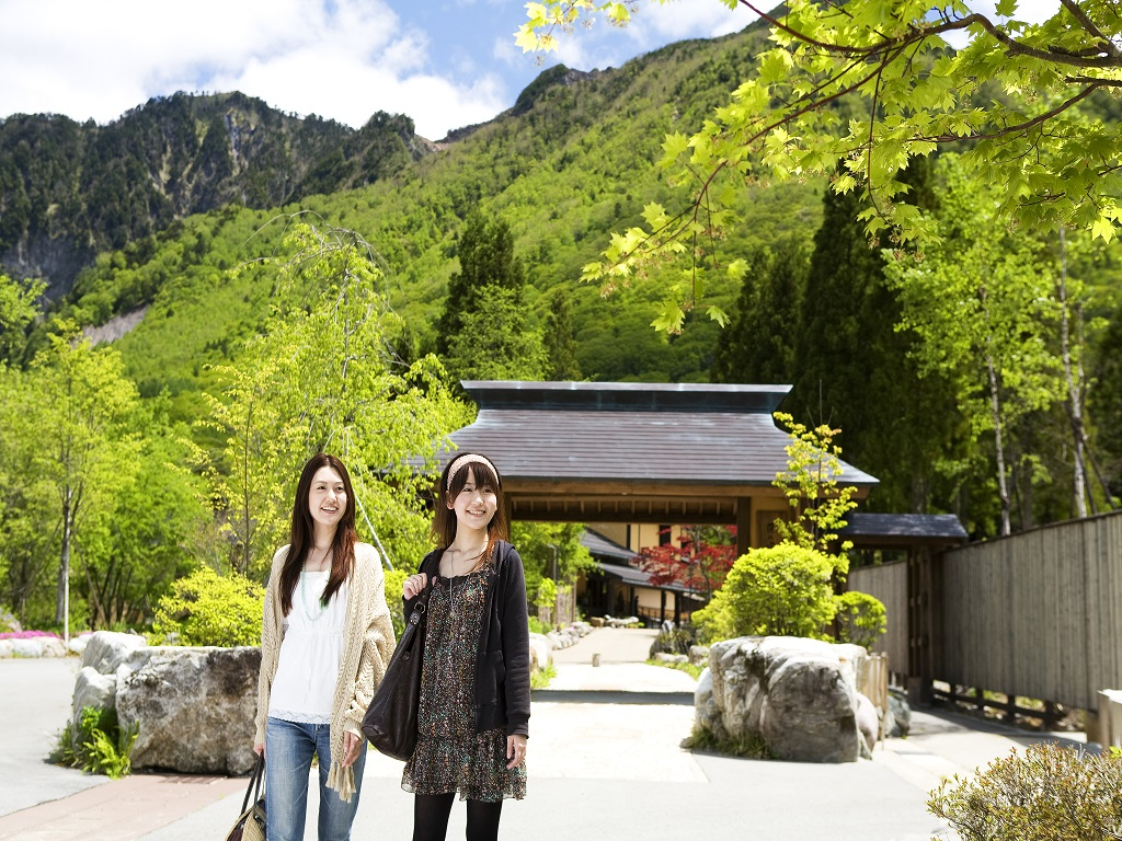 【山門(新緑)】重厚な山門をくぐると、そこは山と自然に囲まれた癒しの宿。