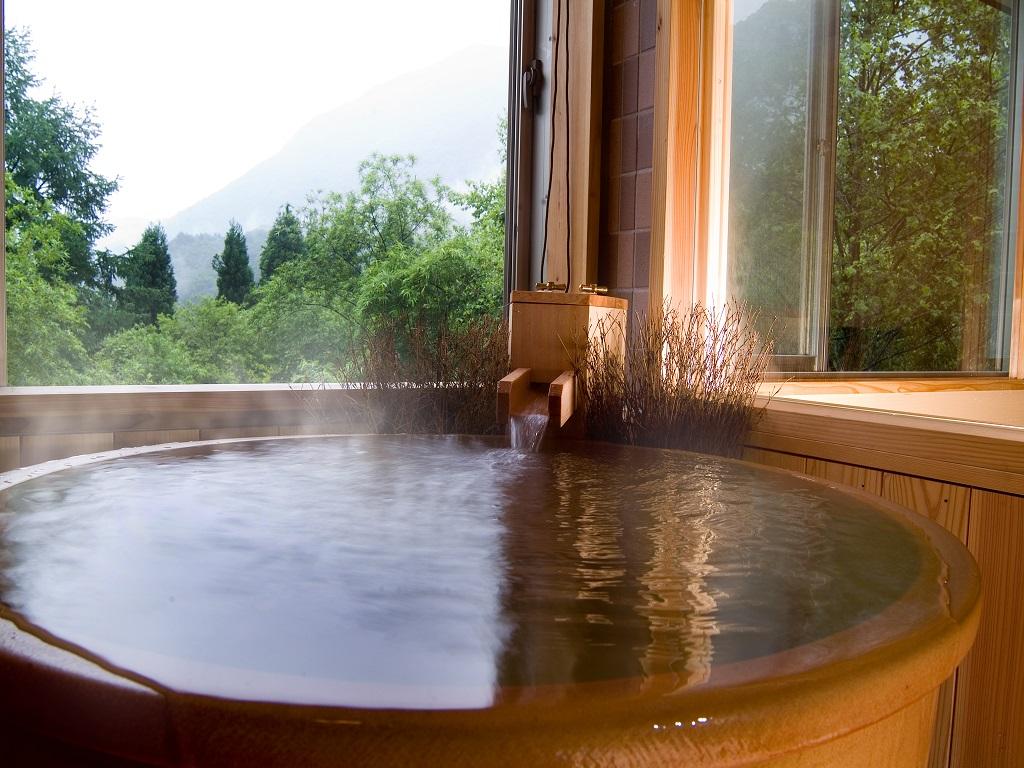 【客室風呂】半露天風呂付き客室の客室風呂の一例(夏イメージ)