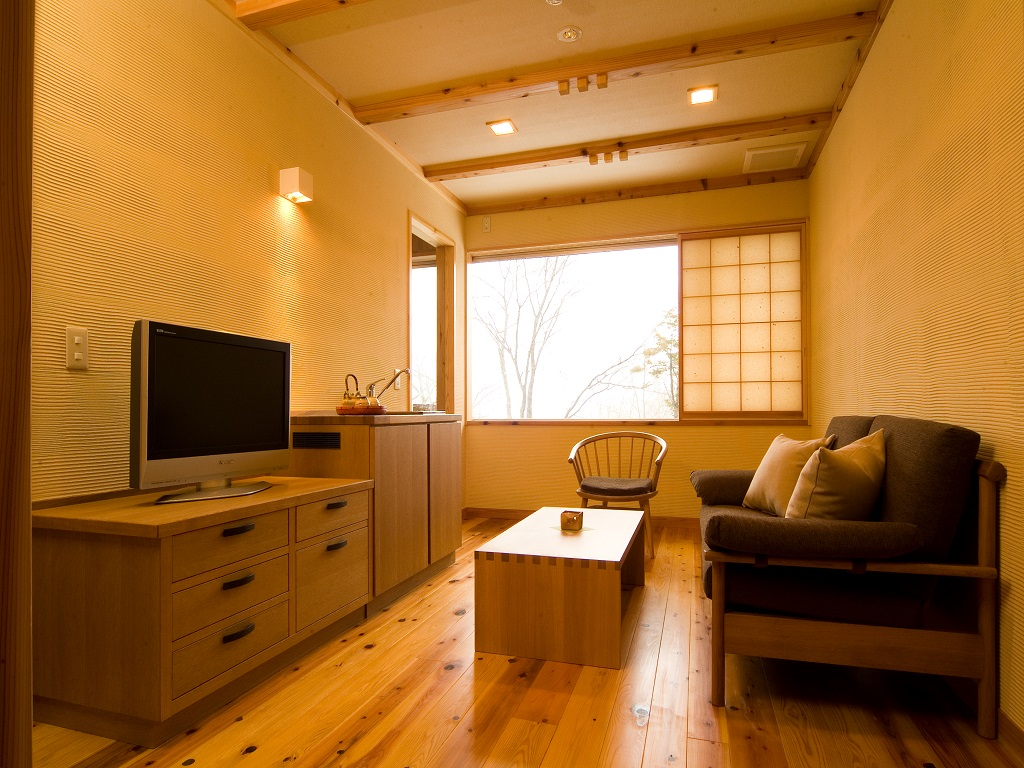 【半露天風呂付き和洋室】寛ぎの洋室リビングの一例。自然素材にこだわった落ち着きのある客室。