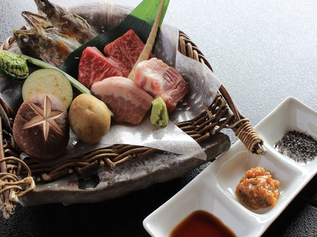 【夕食:飛騨牛と飛騨豚の食べ比べ会席】料理長特製の朴葉味噌との相性も抜群♪