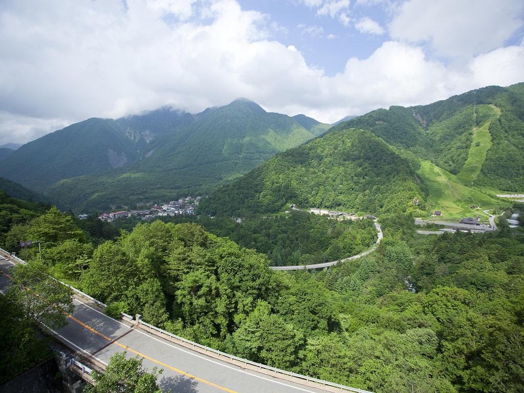 【季節(夏)】新緑に囲まれた絶景の景色をお楽しみ下さい。