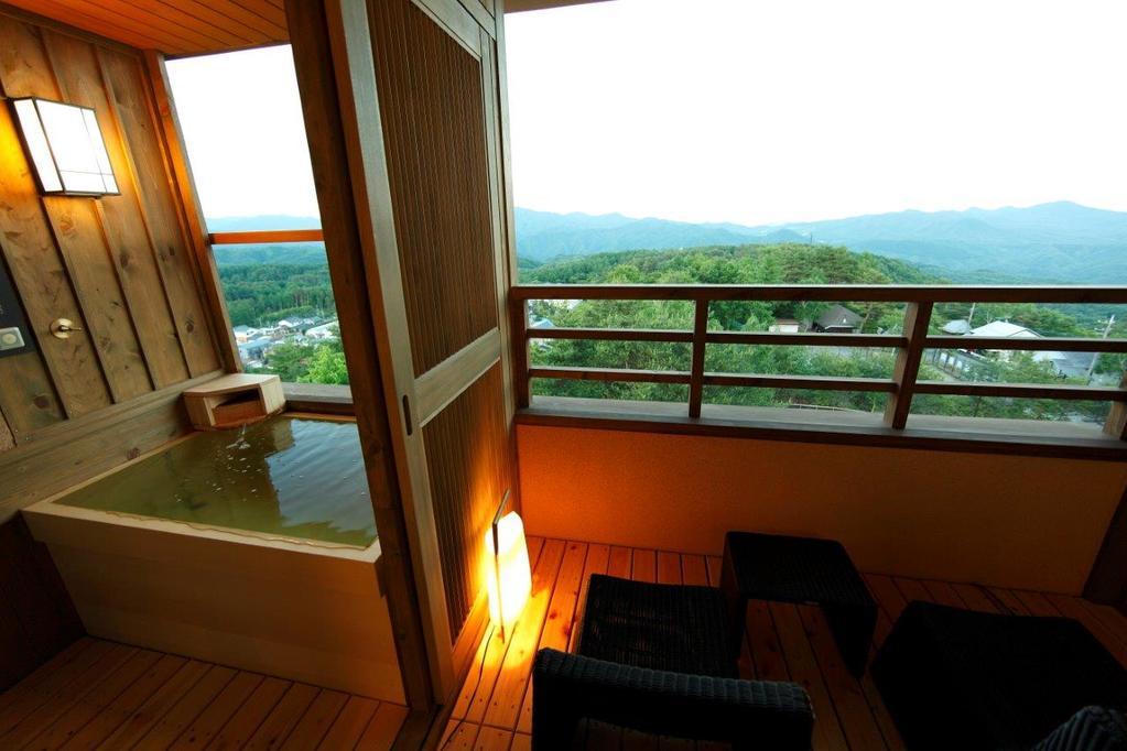 客室露天風呂の景色(イメージ)※夢想窓の設置あり。