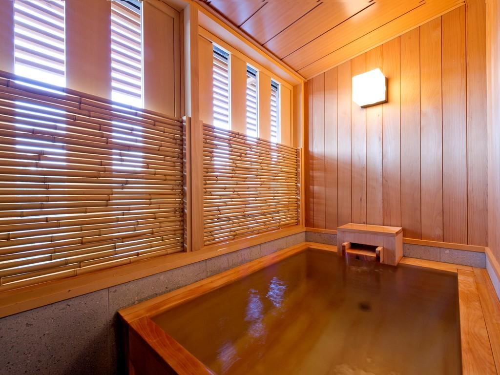 【半露天風呂】檜の香り漂う空間。思う存分湯浴みをお愉しみください。