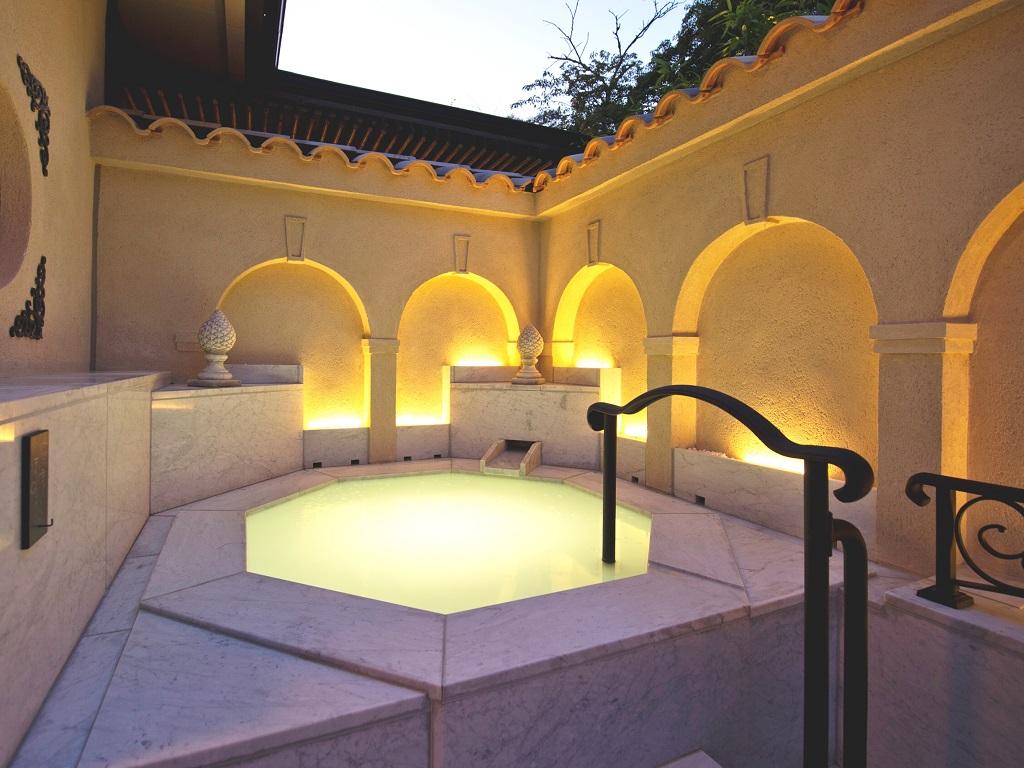 【無料貸切風呂】「五の湯」は西洋の佇まいを感じさせる白亜のシルキー風呂。女性・カップルに人気です。
