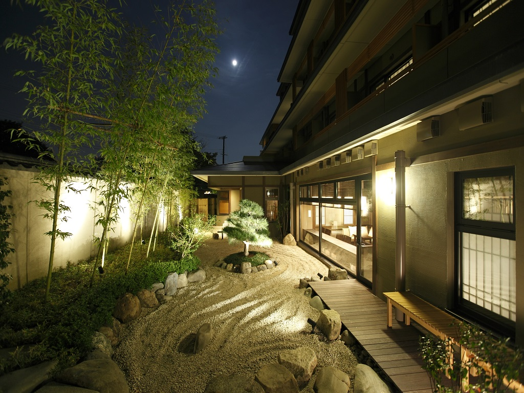 【中庭】幻想的にライトアップされた中庭では、平安貴族も愛した嵐山の夜空を眺めるひとときをお過ごしください。