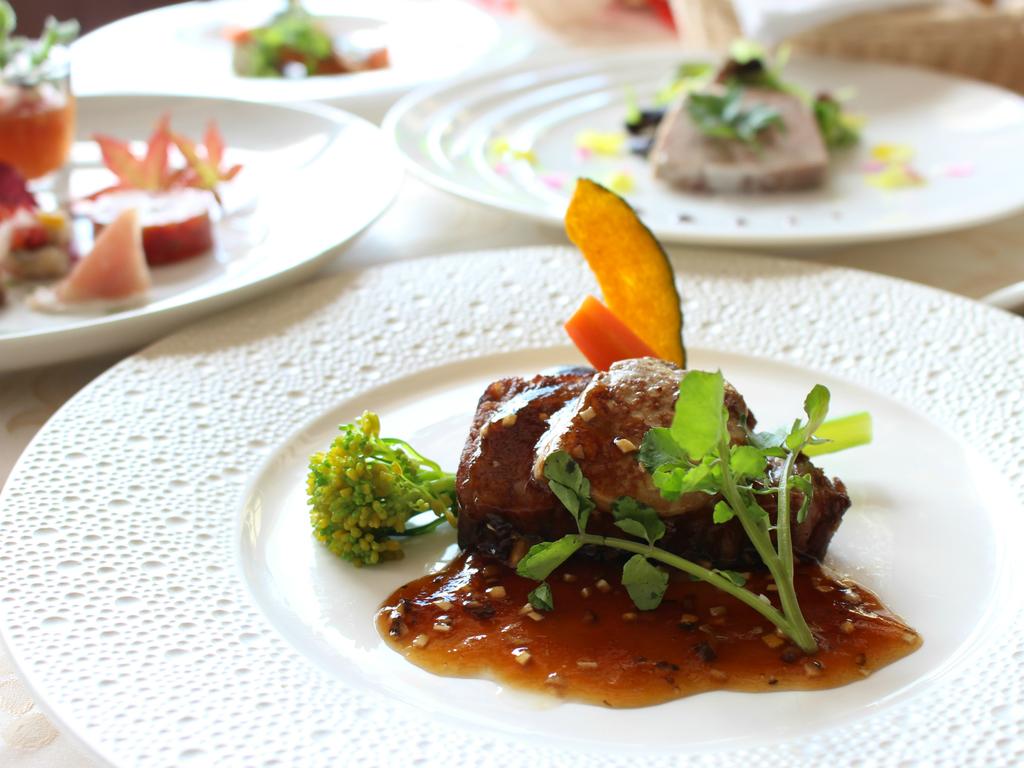【夕食】ロッシーニ風ステーキは、フィレ肉にフォアグラとトリュフを添えた贅沢な一品