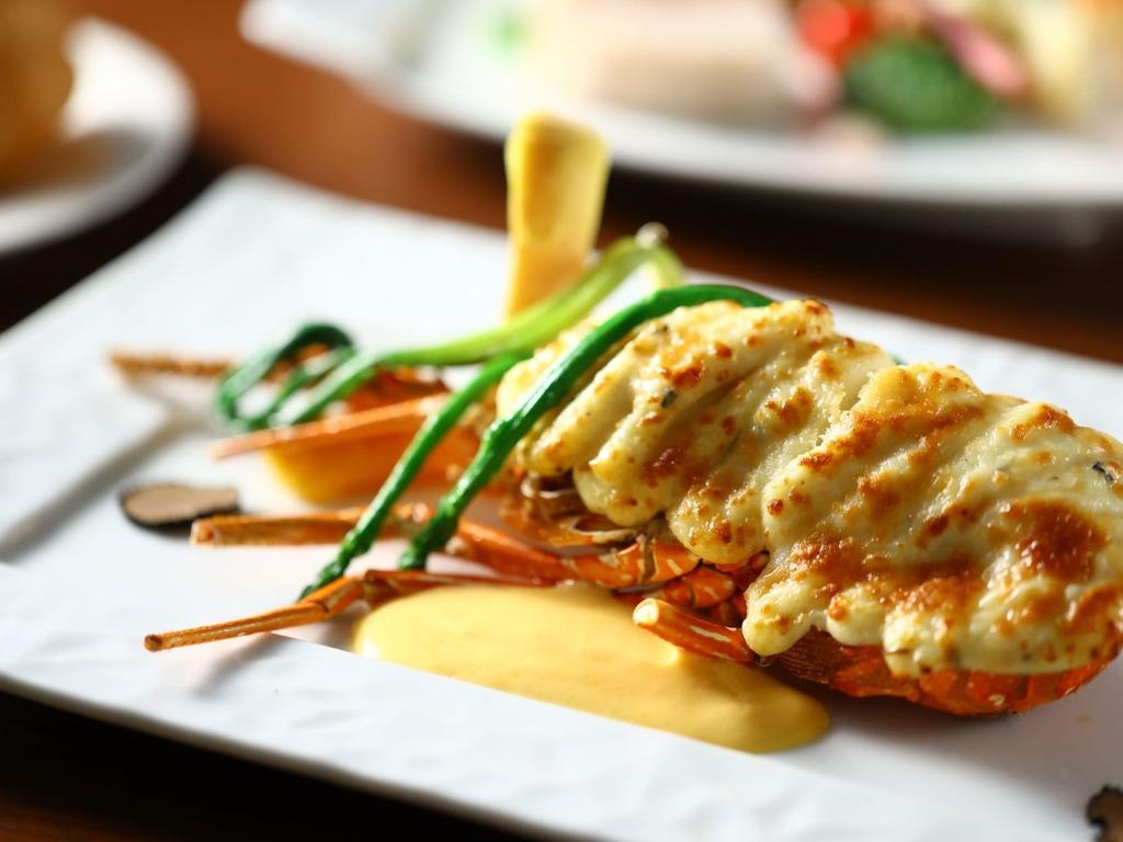【夕食】ロブスターテルミドールはこんがりと焼き上げたチーズに白ワインを使用した至高の一皿です。