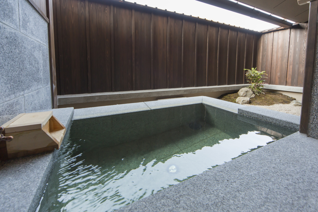 【客室】デラックストリプル客室は天然温泉半露天風呂付き※湯船の素材や形は客室によって異なります。