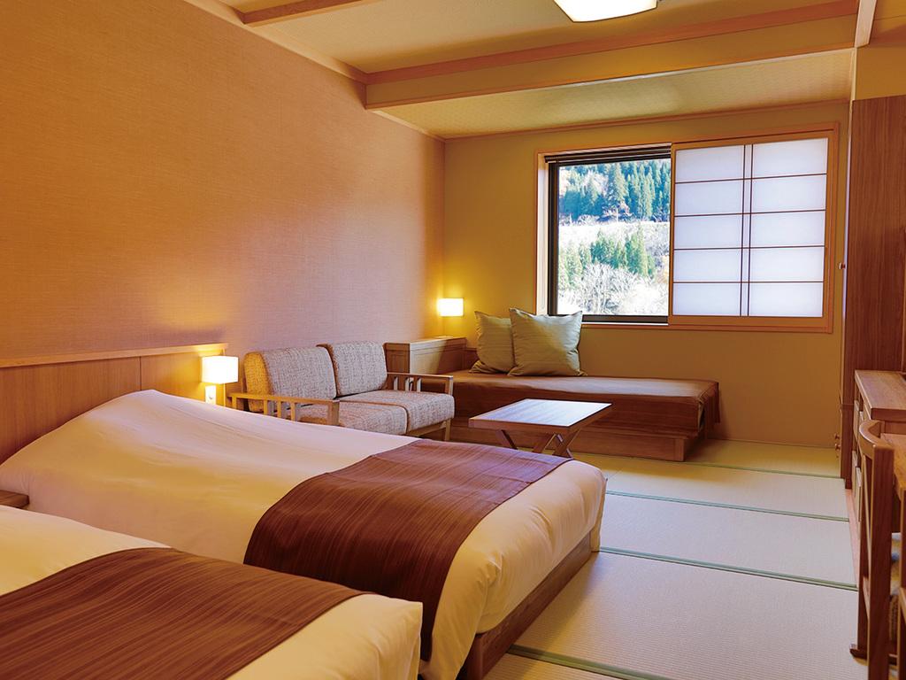 【客室】コンフォートツイン31.1�u 窓からは季節ごとに雪景色や新緑の山々と堂々と流れる庄川が一望できます。