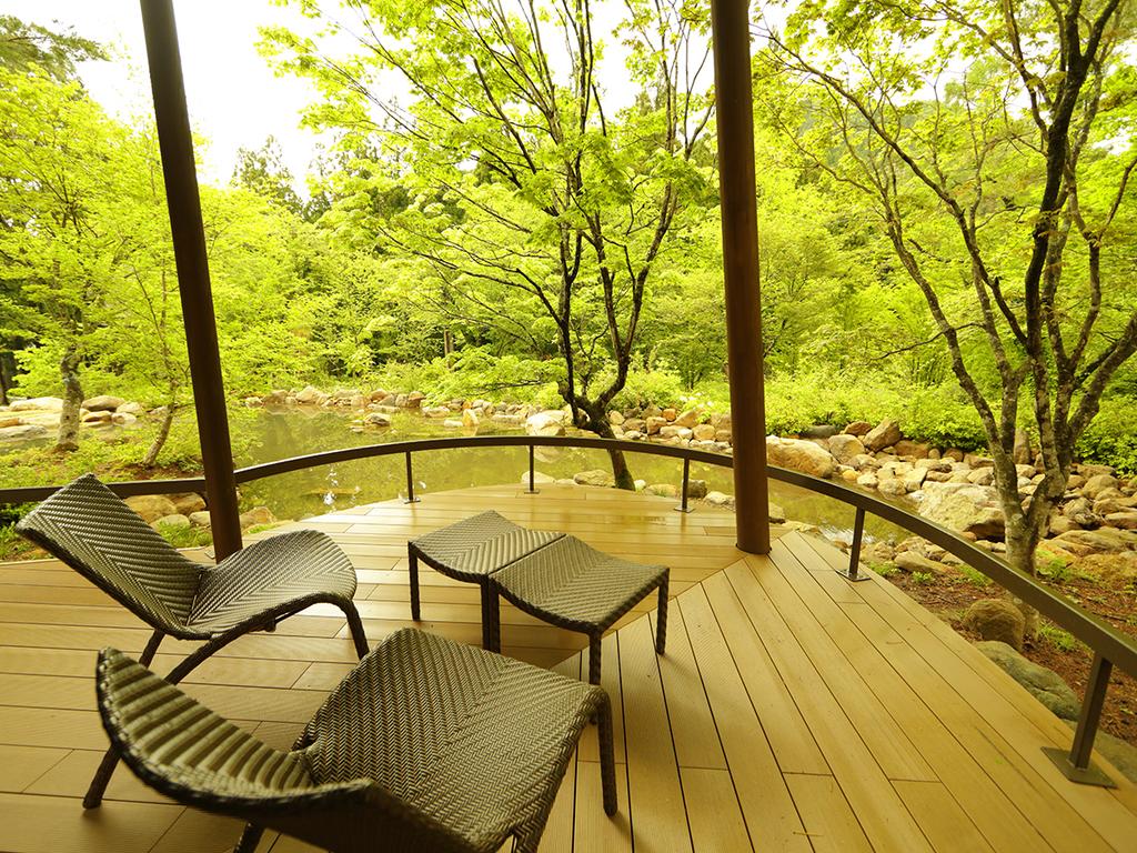 【離れ】「天の坐・嵐亭」。テラスから望む庭園。かつて東北旅行誌の表紙を飾った地元では有名な美景です。