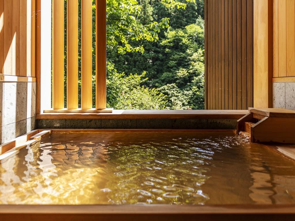 【貸切風呂】「桜雲の湯」…ゆったりと大きな桧の露天風呂。もちろんお湯は自家源泉かけ流しでございます。