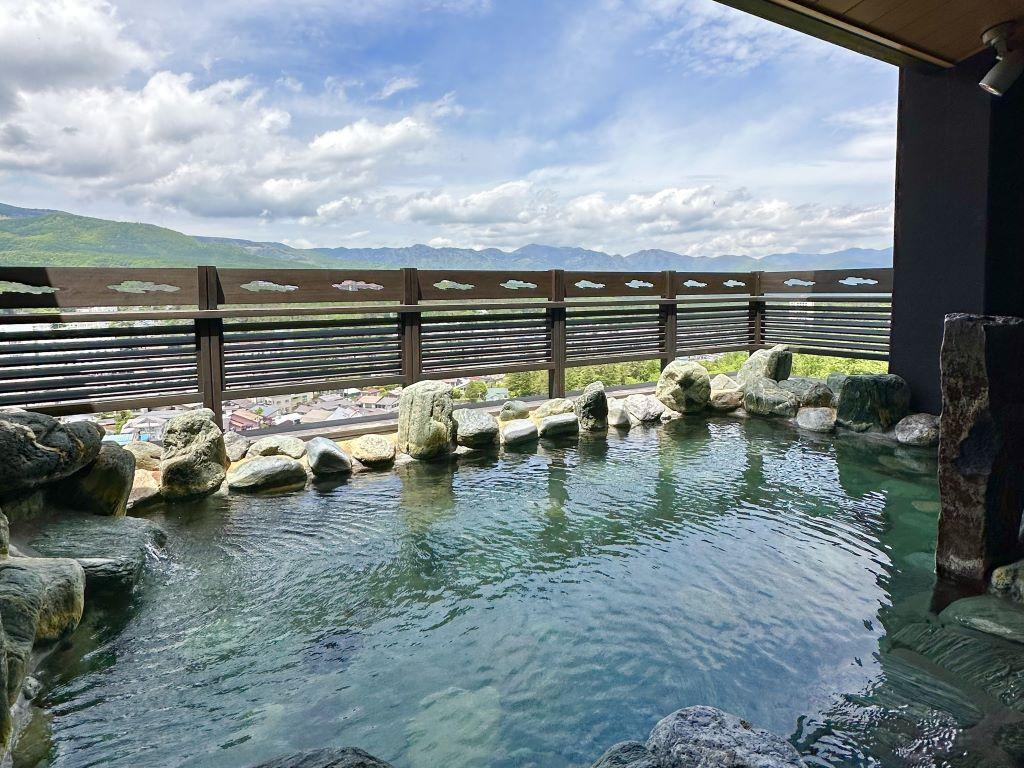 【眺望浴場/露天】最上階に位置する眺望露天風呂から、美し草津の山々と街並みを一望できます。