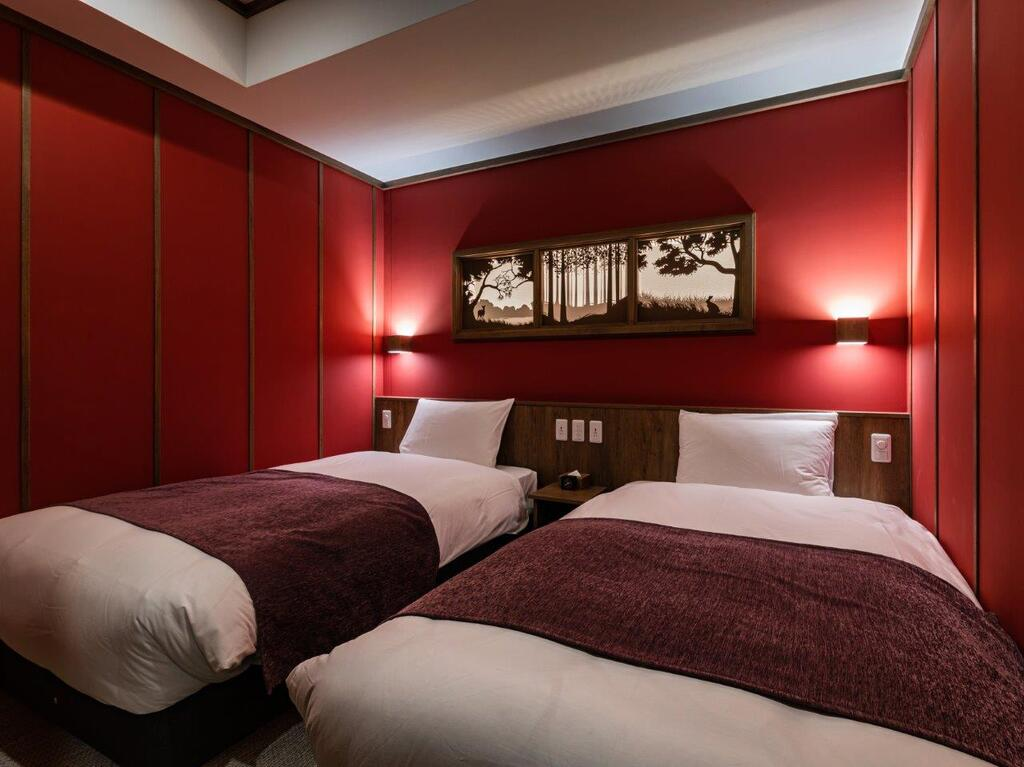 【客室/赤ずきん】イメージカラー「赤」は、赤ずきんちゃんがお気に入りのマントをイメージ。