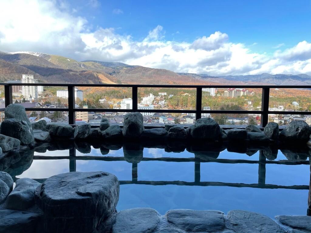 【眺望浴場/露天】最上階に位置する眺望露天風呂から、美しい草津の山々と街並みを一望できます。