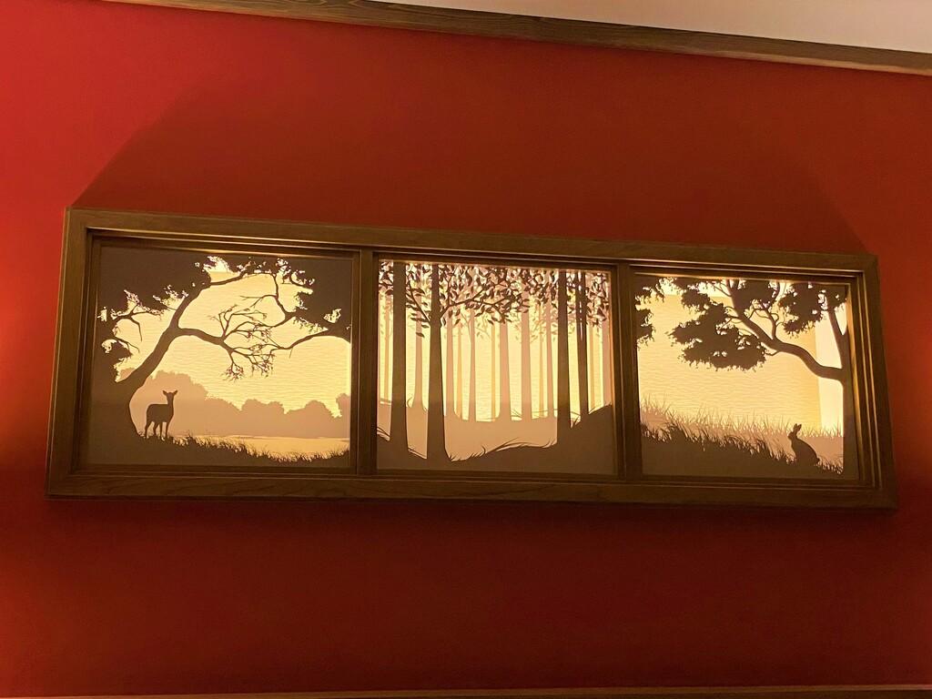 【客室/赤ずきん】寝室のアートワークは灯火のように照明が灯されます。