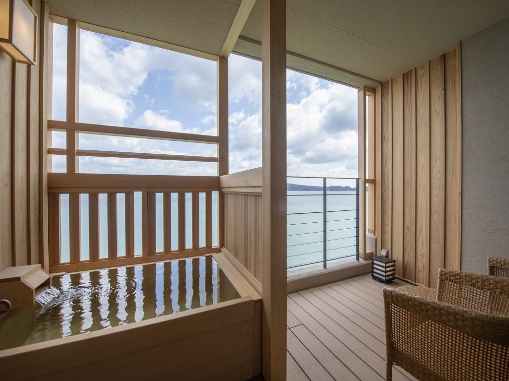 【客室露天風呂一例】七尾湾を望む檜の香る露天風呂で癒しのひと時を