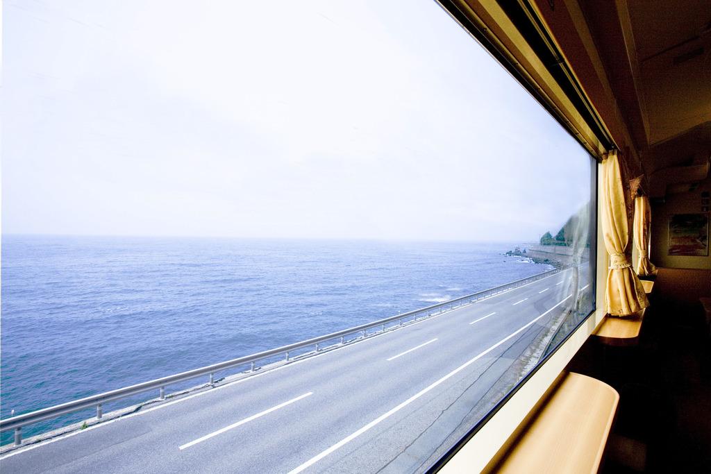 山陰の観光列車「みすゞ潮騒」車窓からの景観