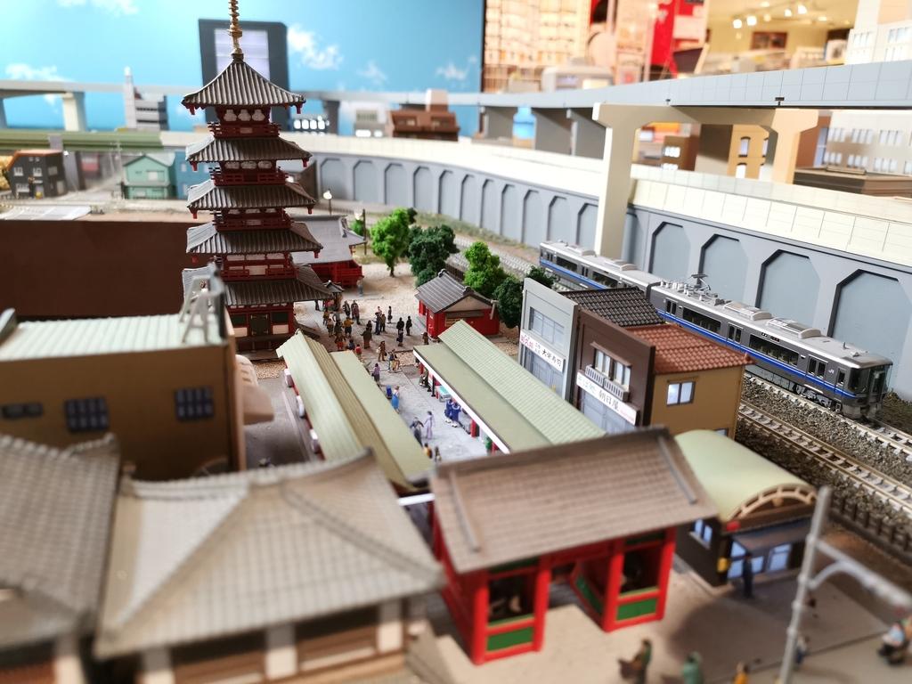 雷門・浅草寺のジオラマのすぐ横を鉄道模型が走ります!